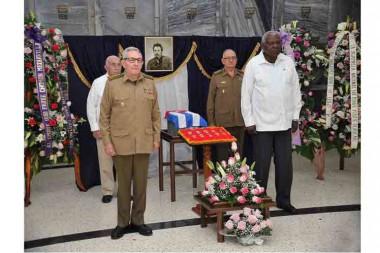 Raúl Castro rinde tributo al comandante Faure Chomón